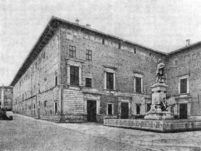 Архитектура эпохи Возрождения в Италии: Урбино. Палаццо Дукале. Северо-восточный угол здания (с окнами тронного зала)